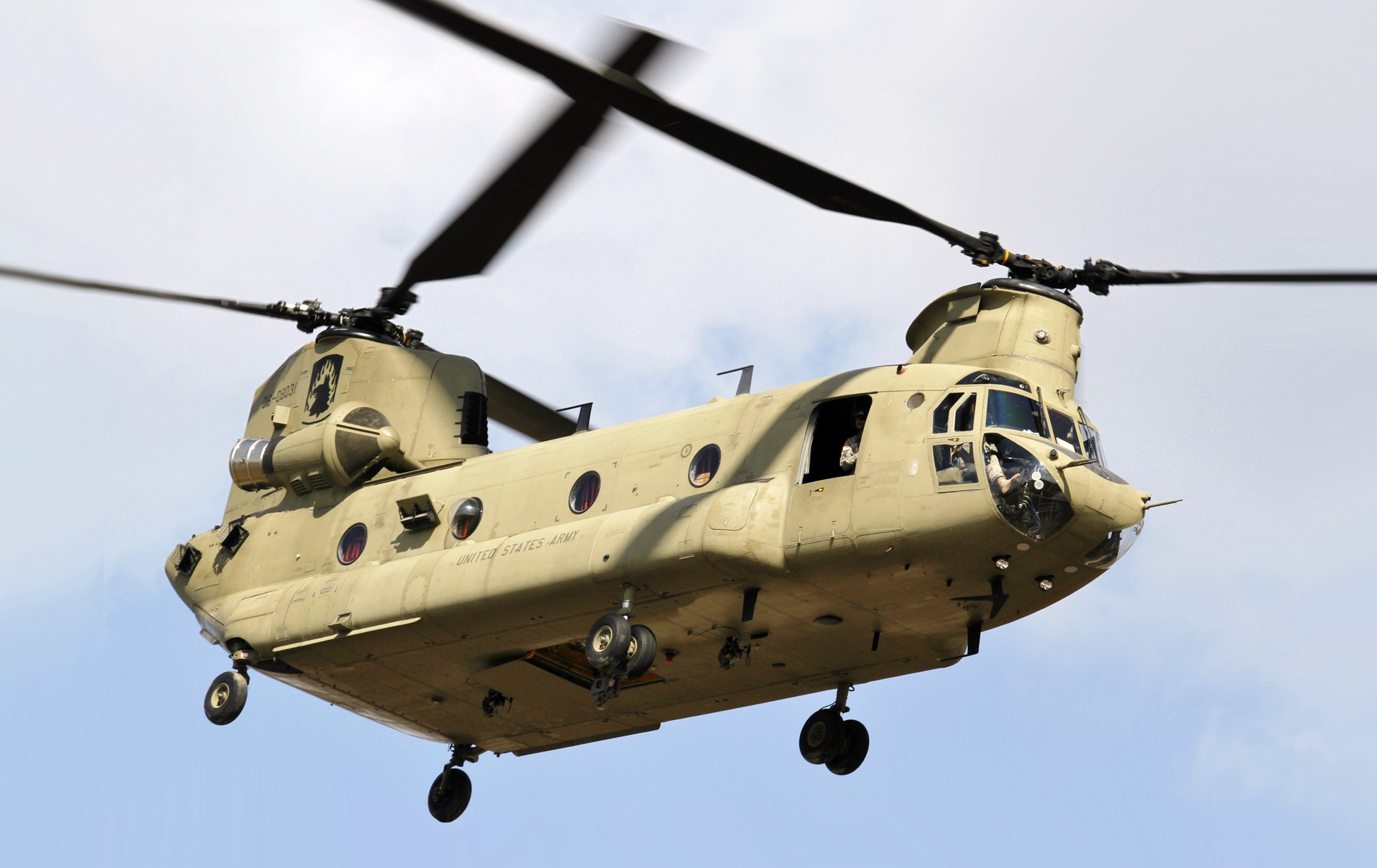 aupload.wikimedia.org_wikipedia_commons_0_03_CH_47_Chinook_helicopter_flyby.jpg